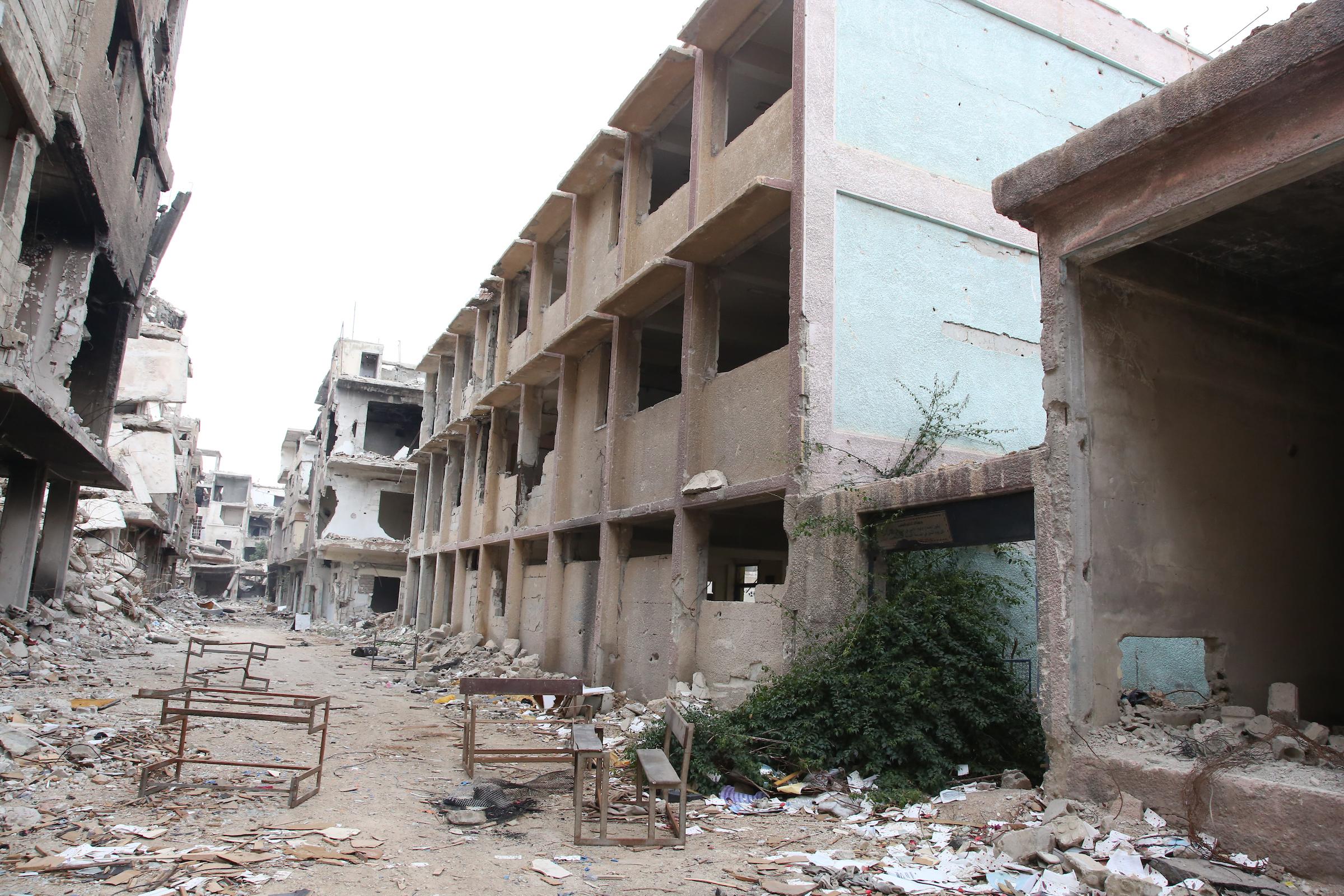 UN IMPACTO DE METRALLA CAUSA DAÑOS EN LA ESCUELA DE UNRWA EN HOMS, SIRIA