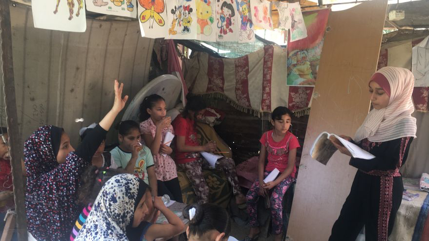 Fajir, la niña gazatí que se convirtió en maestra durante la COVID-19